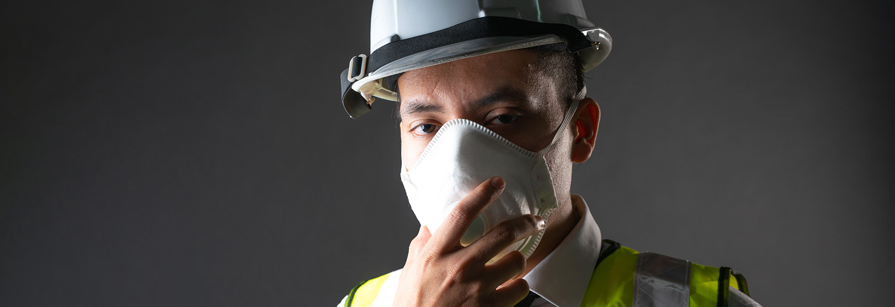 Male construction worker wearing a face mask